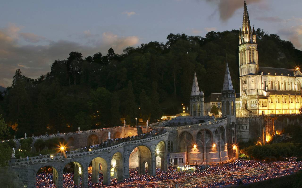 Lourdes by night, accommodation Lourdes, Hôtels Vinuales
