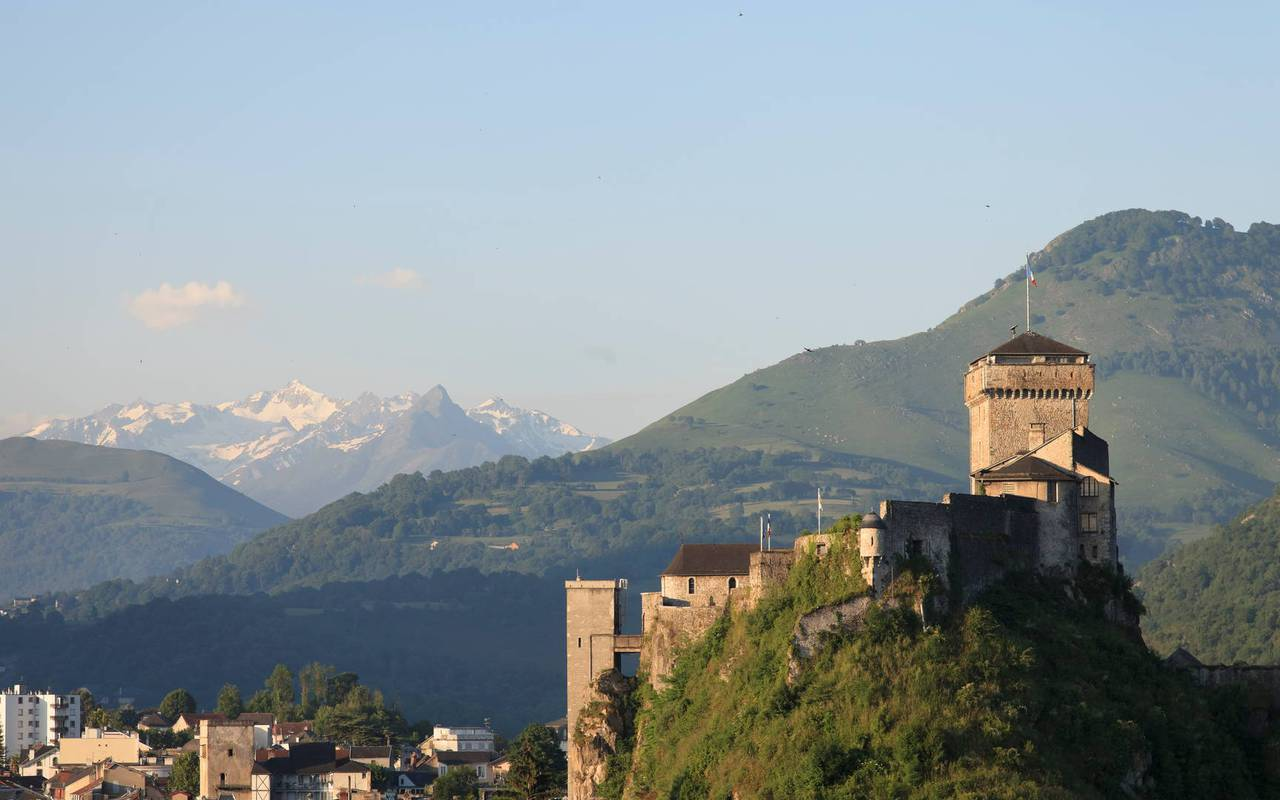 Fortified castle, stay in the hautes pyrénées, Hôtels Vinuales