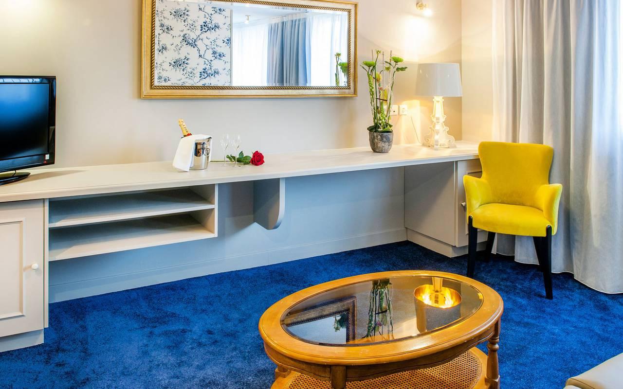 Chambre avec moquette bleu, hôtel 4 étoiles Lourdes, Hôtel Gallia Londres