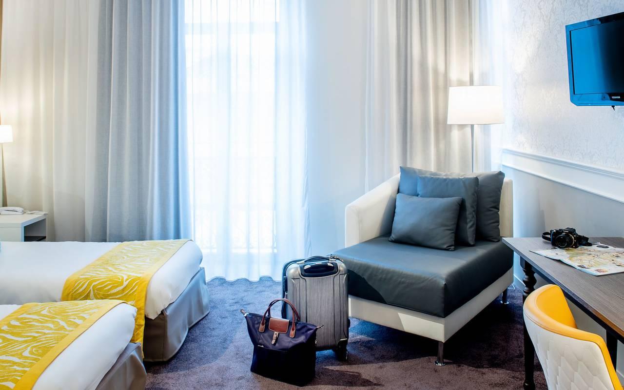 Valise dans une chambre, hôtel 4 étoiles Lourdes, Hôtel Gallia