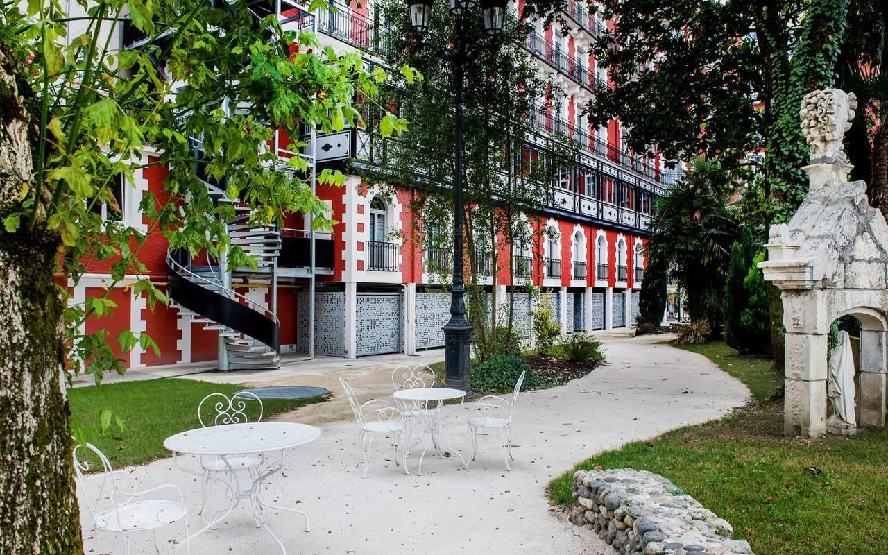 Parc arboré et vue extérieure sur l'hôtel 4 étoiles, hôtel romantique à Lourdes, Pyrénées, Hôtel Gallia et Londres
