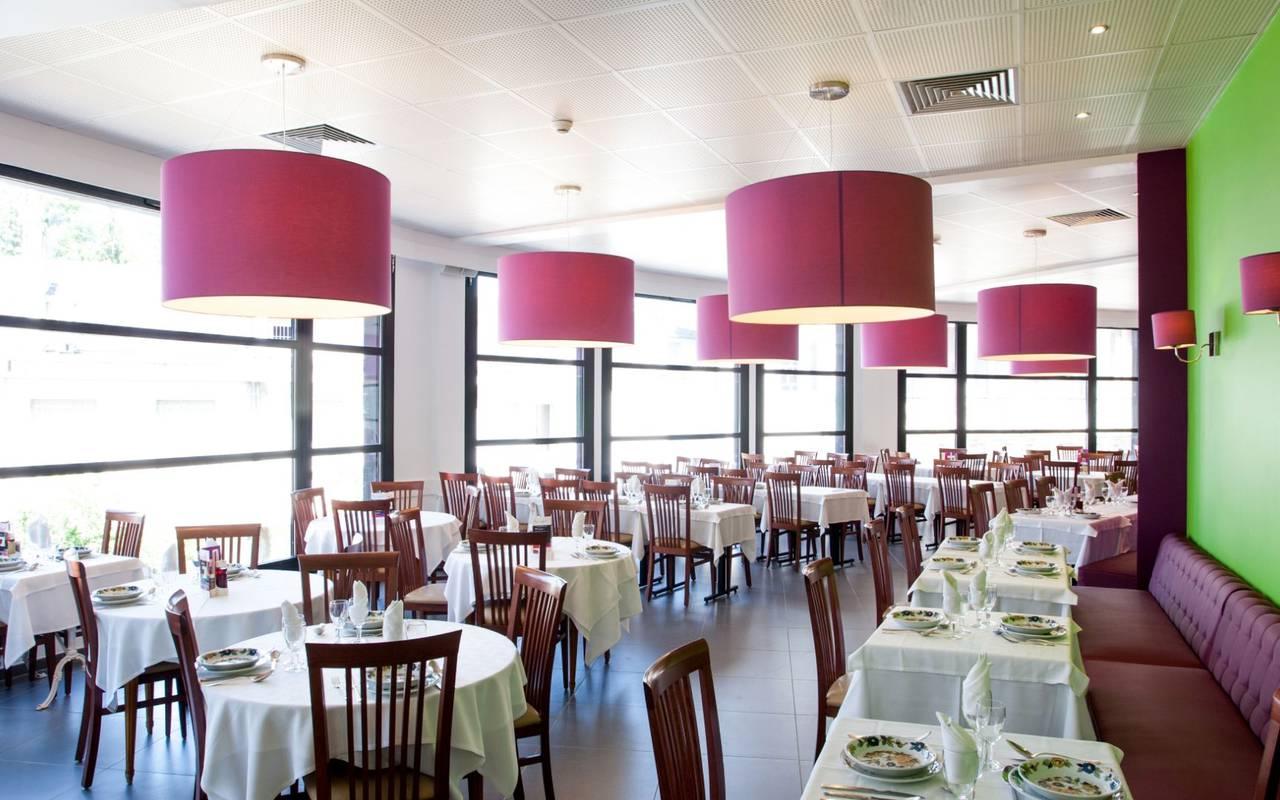 Salle de restaurant, hébergement Lourdes, Hôtels Vinuales
