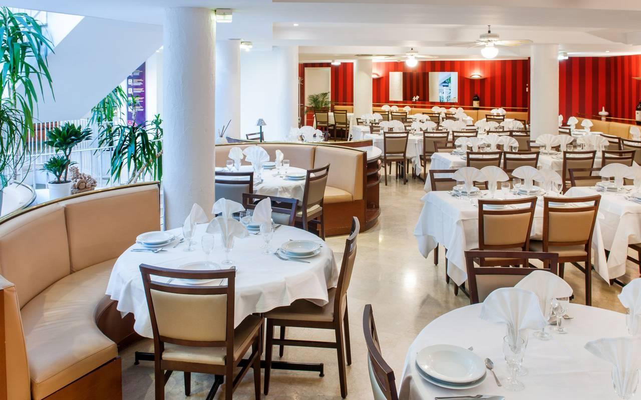 Salle de restaurant chic, hôtel Lourdes, Hôtels Vinuales