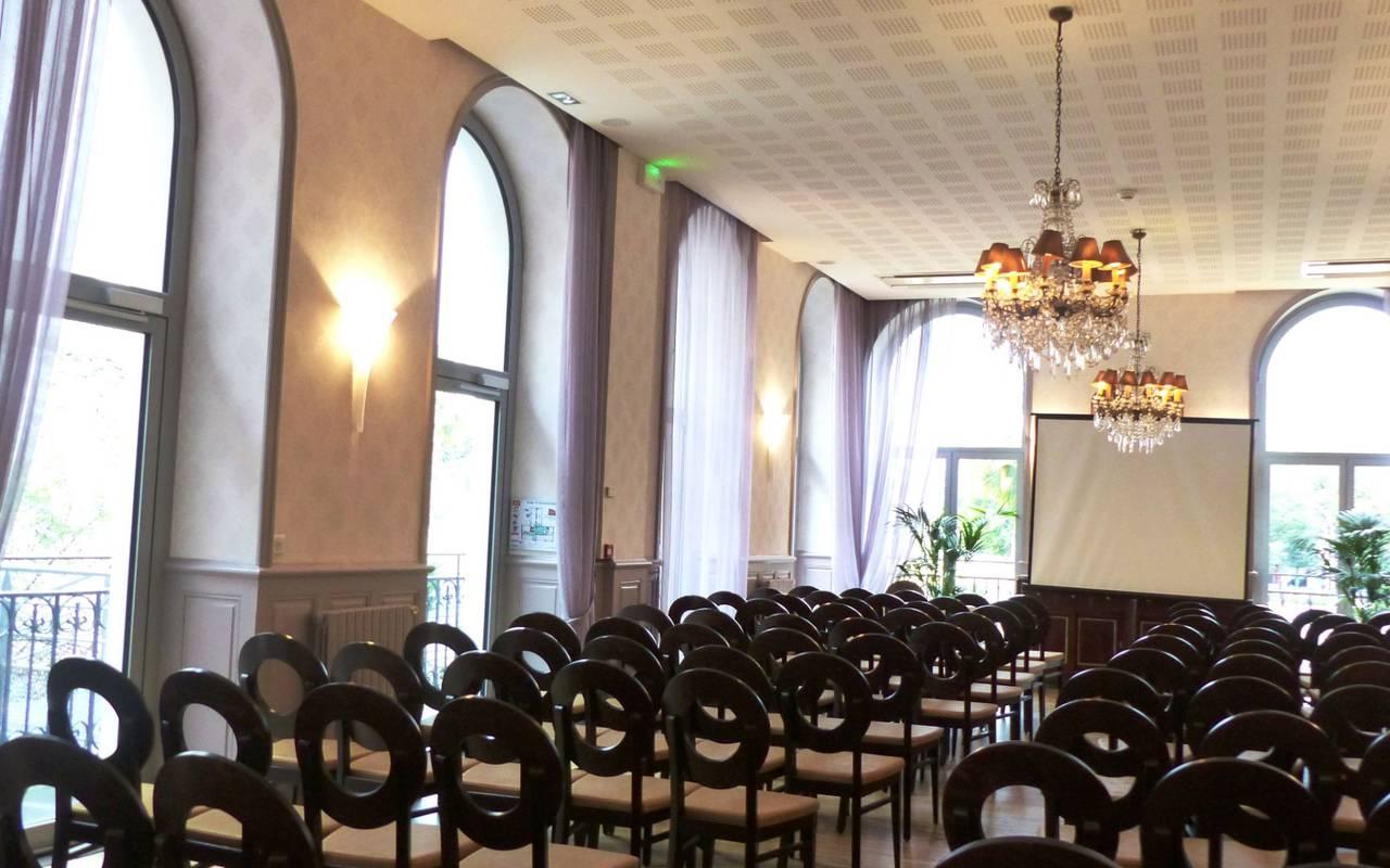 Grande salle avec chaises, séminaire Lourdes, Hôtels Vinuales