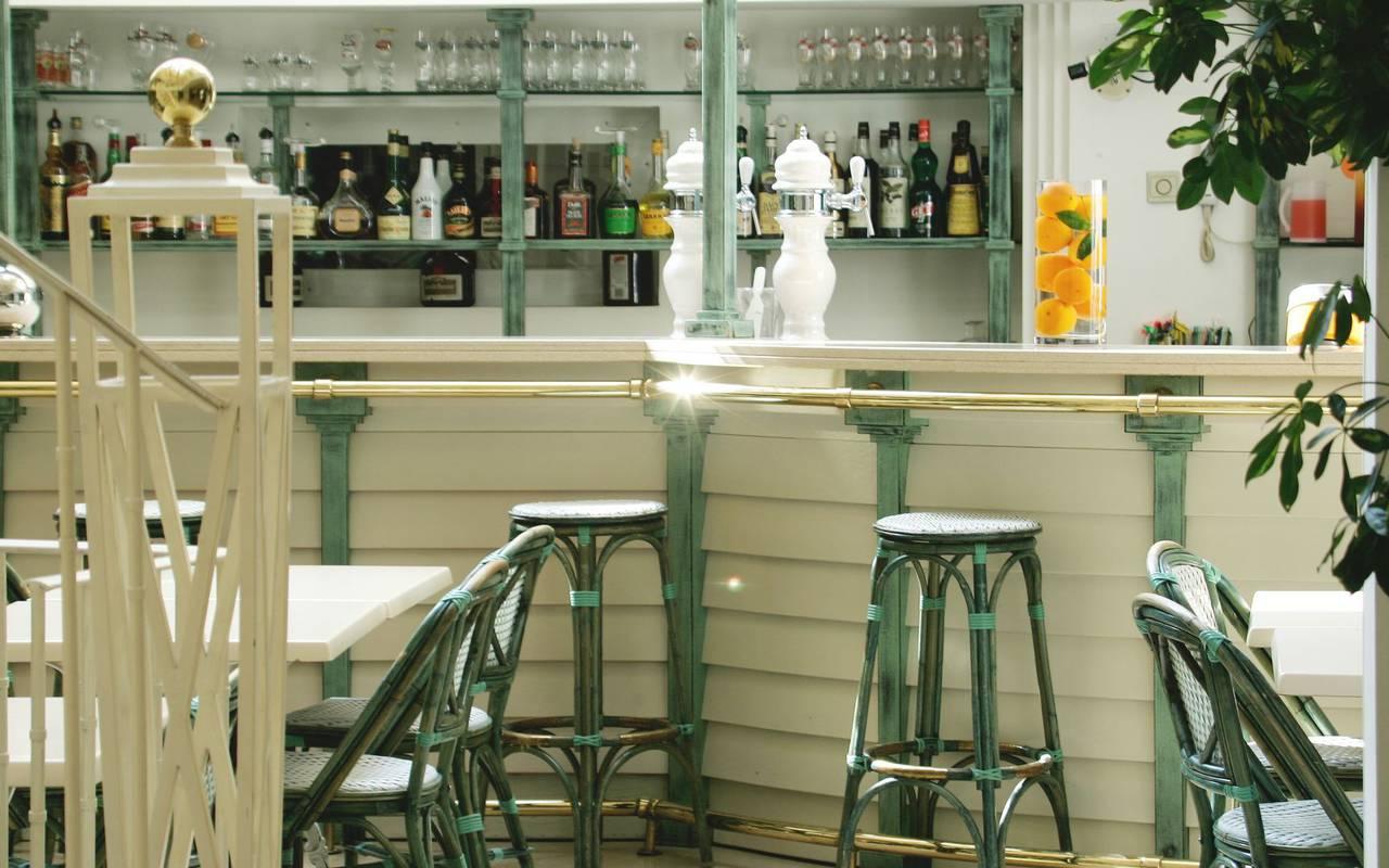 Chaises hautes autour du bar avec des boissons fraiches, restaurant lourdes, Hôtel Saint-Sauveur.