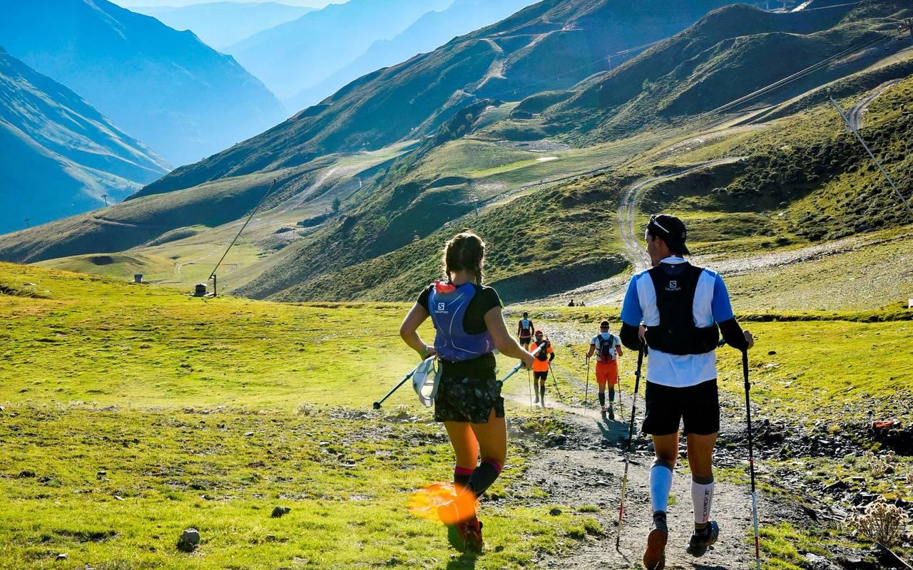 Randonneurs en montagne, vacances montagne Pyrénées, hôtel Sainte Rose